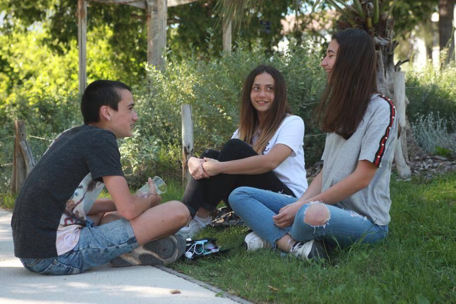 Posés dans le jardin Alexandre 1er à Toulon, Alexandre, Luna et Emeline ont hâte de « pouvoir rencontrer du monde comme avant »