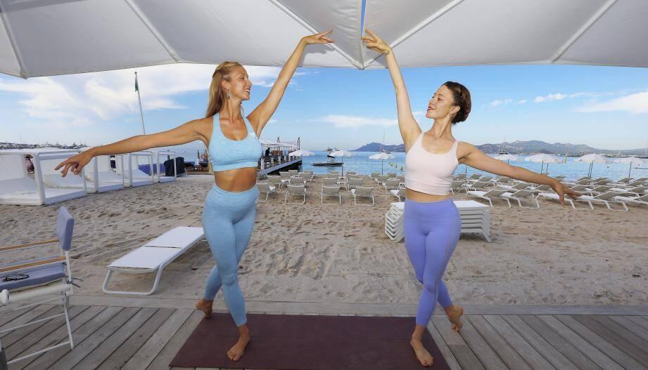 Des cours de yoga face à la mer, sur la plage du Martinez, dispensés par deux danseuses de célèbres cabarets...