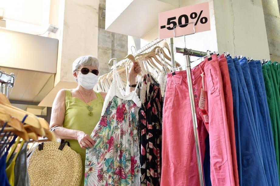 Qu'ils aient ou non attendu ce moment, la volonté de faire vivre le commerce local anime la majorité des consommateurs interrogés, qui répondent présent dans les magasins.