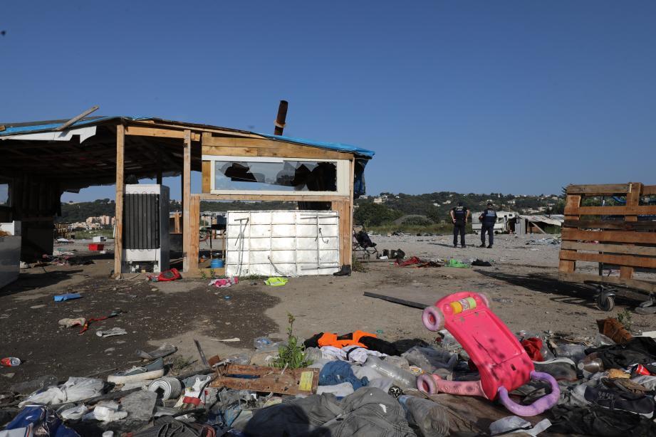 Des caravanes et des petites baraques étaient installées sur le terrain, où vivaient de nombreuses familles.