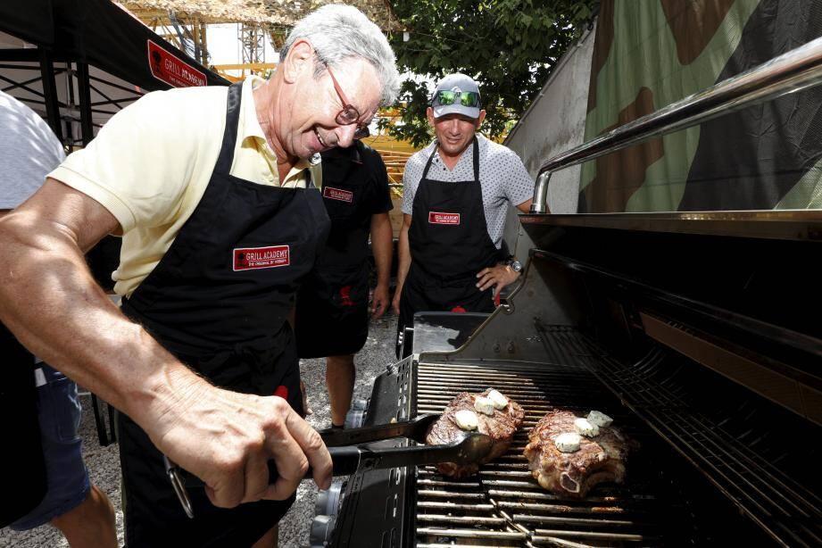 Yannick de Saint-Laurent-du-Var en train de manier les côtes de bœuf au beurre maître d'hôtel.