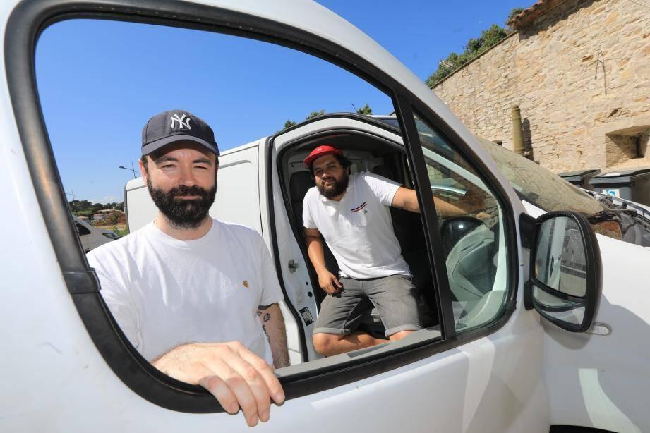 Stéphane Boudet et Yann Lasserre, au volant du camion blanc de leur projet itinérant. Prochaine escale: le musée des arts asiatiques de Toulon.
