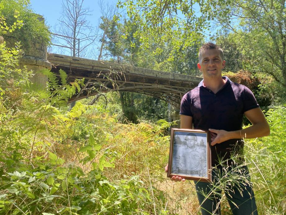 Steve Leleu, portrait du capitaine MB Etheredge, sur les lieux du premier combat, au niveau du pont de fer, à Pierrefeu.=