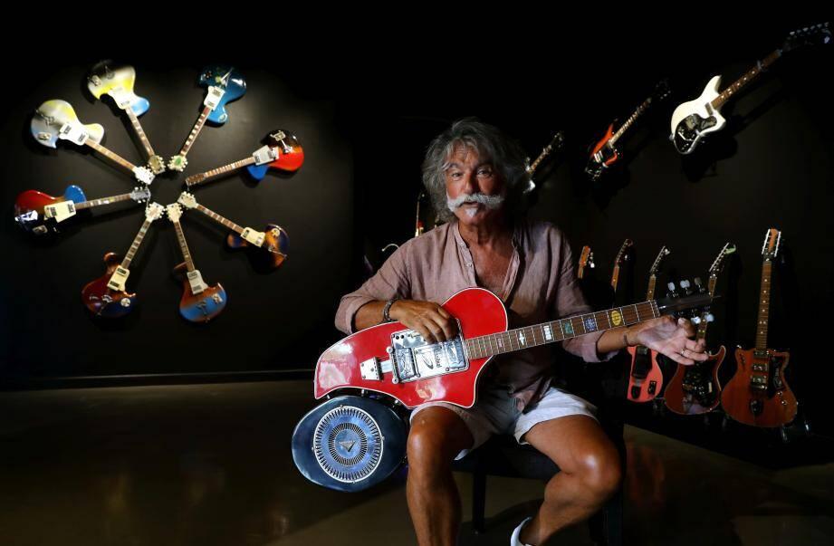 Le collectionneur Maurice Suissa dans son univers Wandrè crée dans la galerie GM Design.
