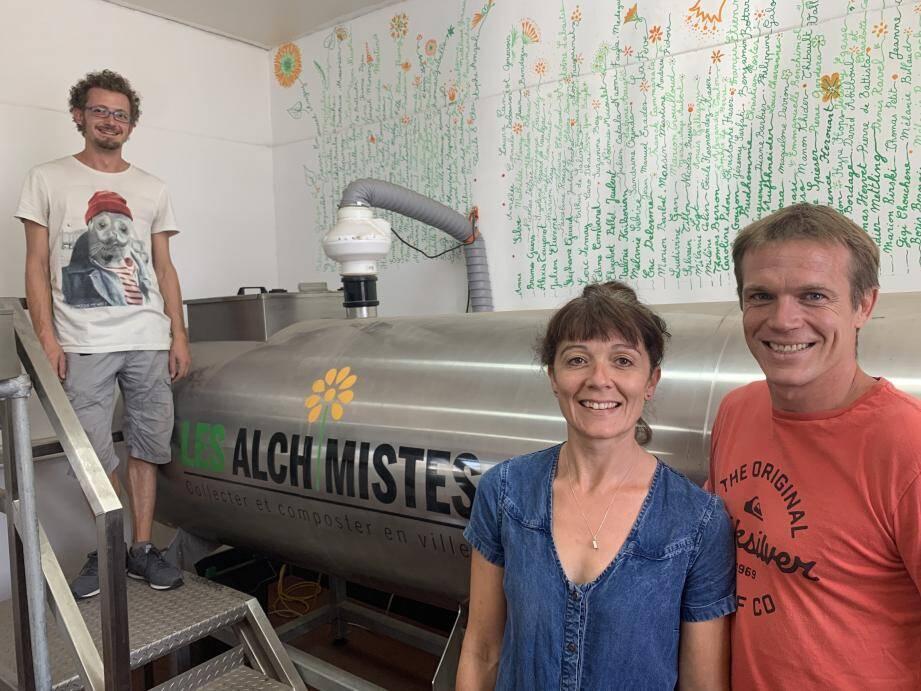 """Cédric et Anne-Sophie Davoine (à droite), à l'initiative des Alchimistes Toulon, et Davide Raffini, le """"maître composteur"""" , s'apprêtent à faire grandir leur initiative. Pour ça, il leur faudra aussi augmenter leur capacité de traitement des déchets organiques."""