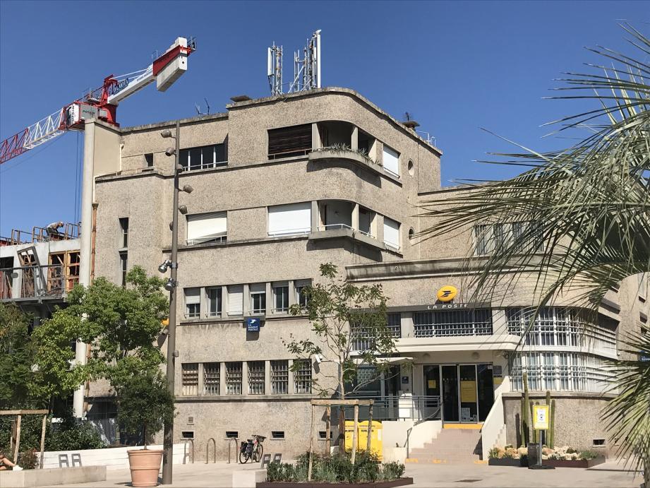 En forme de paquebot, avec ses coursives, le bâtiment Art-Déco de l'ancien hôtel des postes, est au cœur du vaste chantier de Marenda-Lacan depuis des mois. Tout autour et en dessous. Et la base de sa façade a souffert.