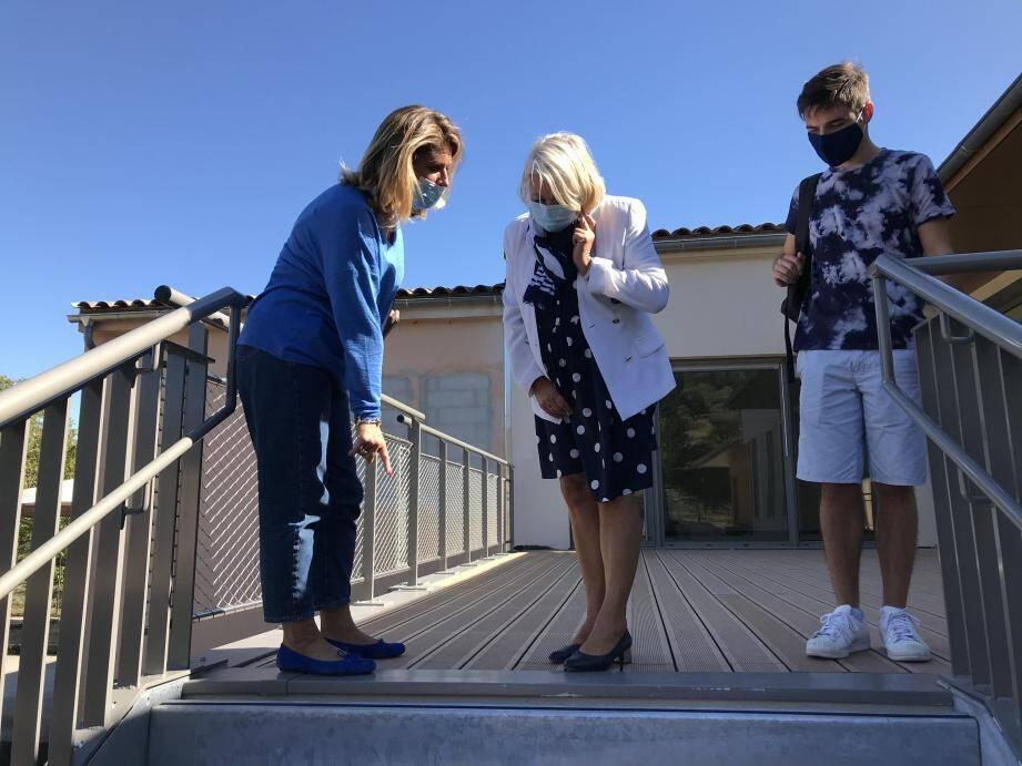 En haut de l'escalier principal, les marches n'atteignent pas le plancher et créent une dernière marche de quelques centimètres sur laquelle les enfants, de 3 à 5 ans risquent de trébucher chaque matin.