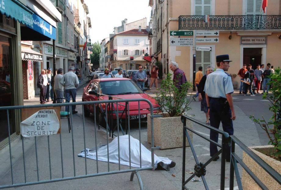 Ce matin du 24 septembre, autour de la place de la Convention, plus d'une dizaine de cadavres jonchent les trottoirs et les rues. Durant 30 minutes, le meurtrier a tué au hasard des rencontres un enfant, des retraités, un père de famille.    Tuerie de Cuers VARDOC_TUERIE UNE_BARSOTTI1