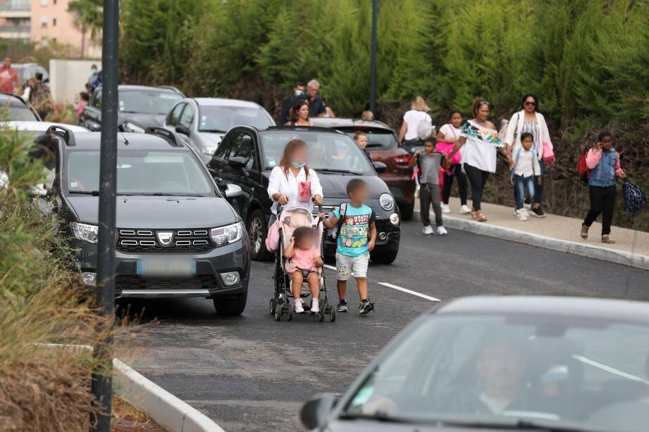 Chaque matin et soir, les parents zigzaguent entre les voitures et les bouchons récurrents sur l'avenue du XVe Corps qui dessert le Pôle enfance.