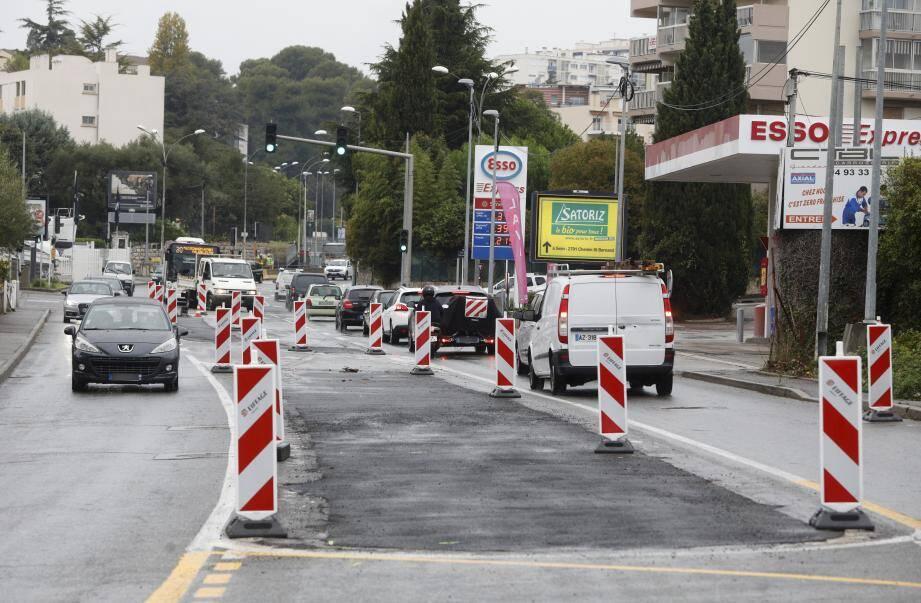 Les travaux du bus-tram ont repris. Après le chemin de Saint-Claude, c'est au tour de la route de Grasse de subir un lifting.