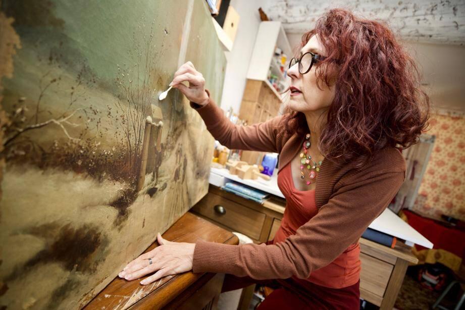 Restauratrice de tableaux, Isabelle Gimenez crée aussi des livres et veut se lancer dans la maroquinerie.