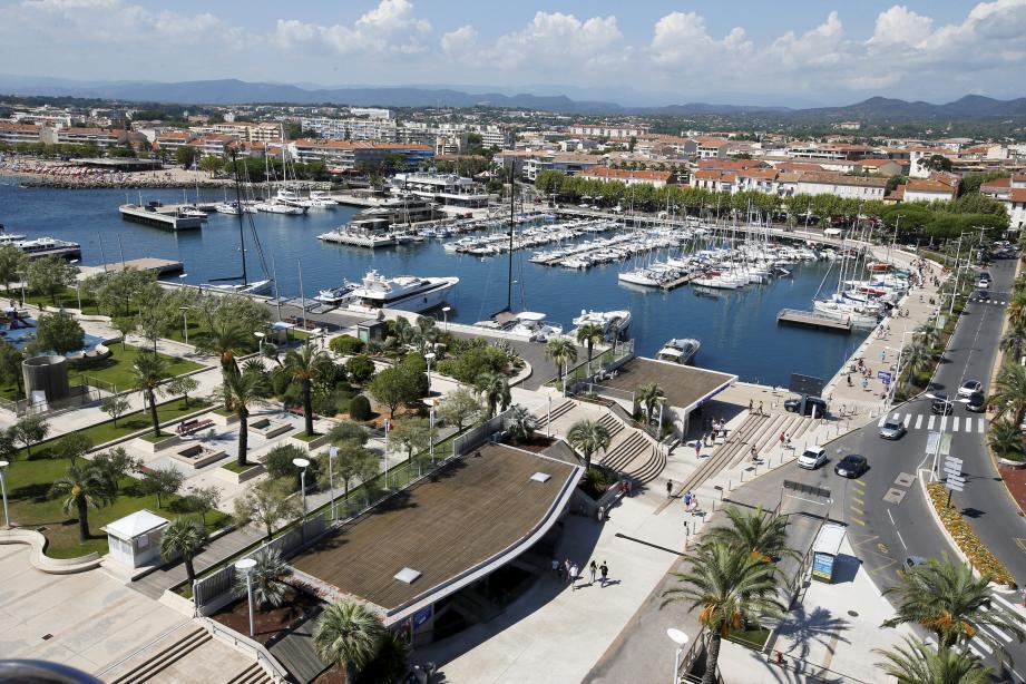 Vue aérienne depuis la grande roue de Saint-Raphaël. ICI : Vieux port de Saint-Raphael + jardin bonaparte  ©Dylan MEIFFRET (MaxPPP TagID: maxmatinnews423542.jpg) [Photo via MaxPPP]