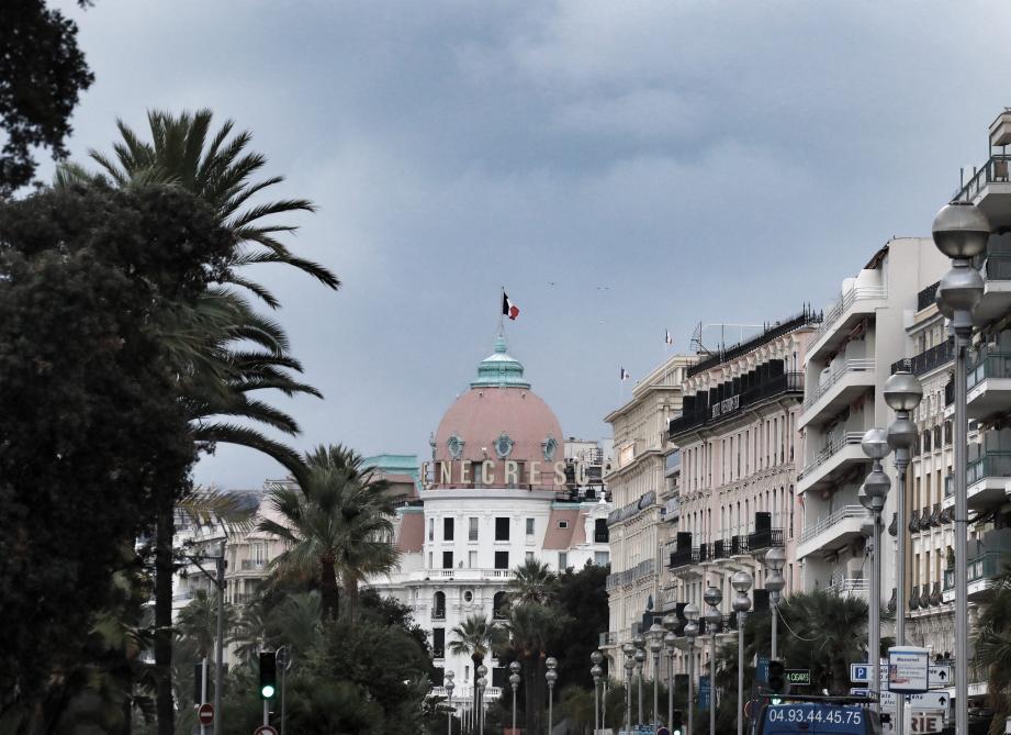 Le long de la promenade des Anglais, les gros-porteurs hôteliers sont pour l'instant fermés. En espérant des jours meilleurs dans les semaines et les mois à venir. Ce qui n'est pas gagné…