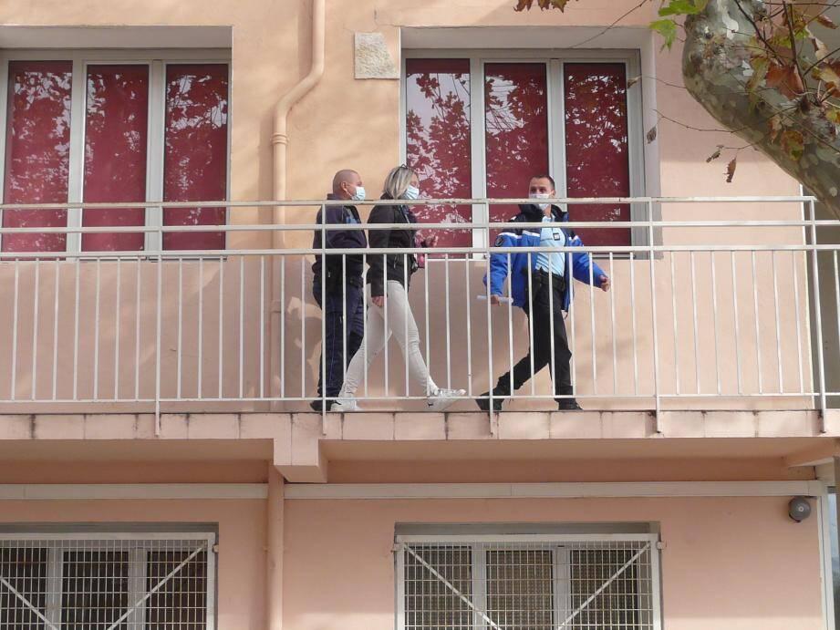 La gendarmerie a fait le tour des classes pour échanger avec les enseignants et parler des problèmes rencontrés. Dans les classes, rideaux tirés et confinés, les enfants se sont cachés sous les tables et ont respecté le silence.