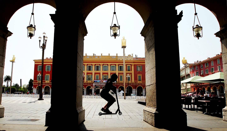 Les belles arcades de la place Masséna.