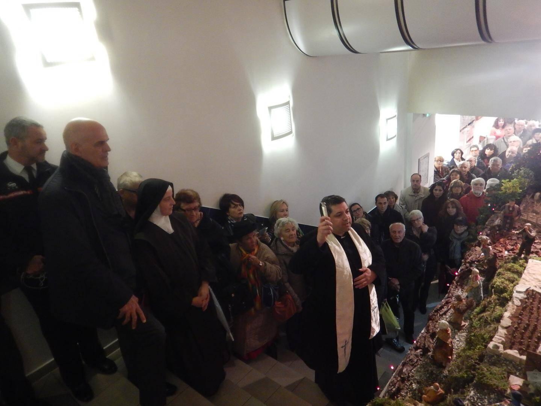 Le père José a béni la crèche provençale, devant le maire et une foule venue nombreuse.