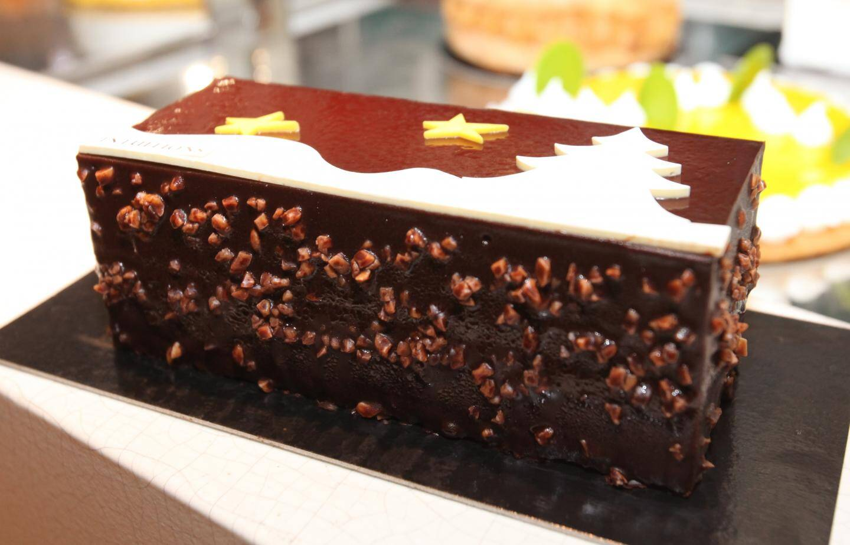 Le Chef  Jérome De Olivieira nous présente sa création, la bûche de Noël au chocolat le Chef  Jérome De Olivieira nous présente sa création.