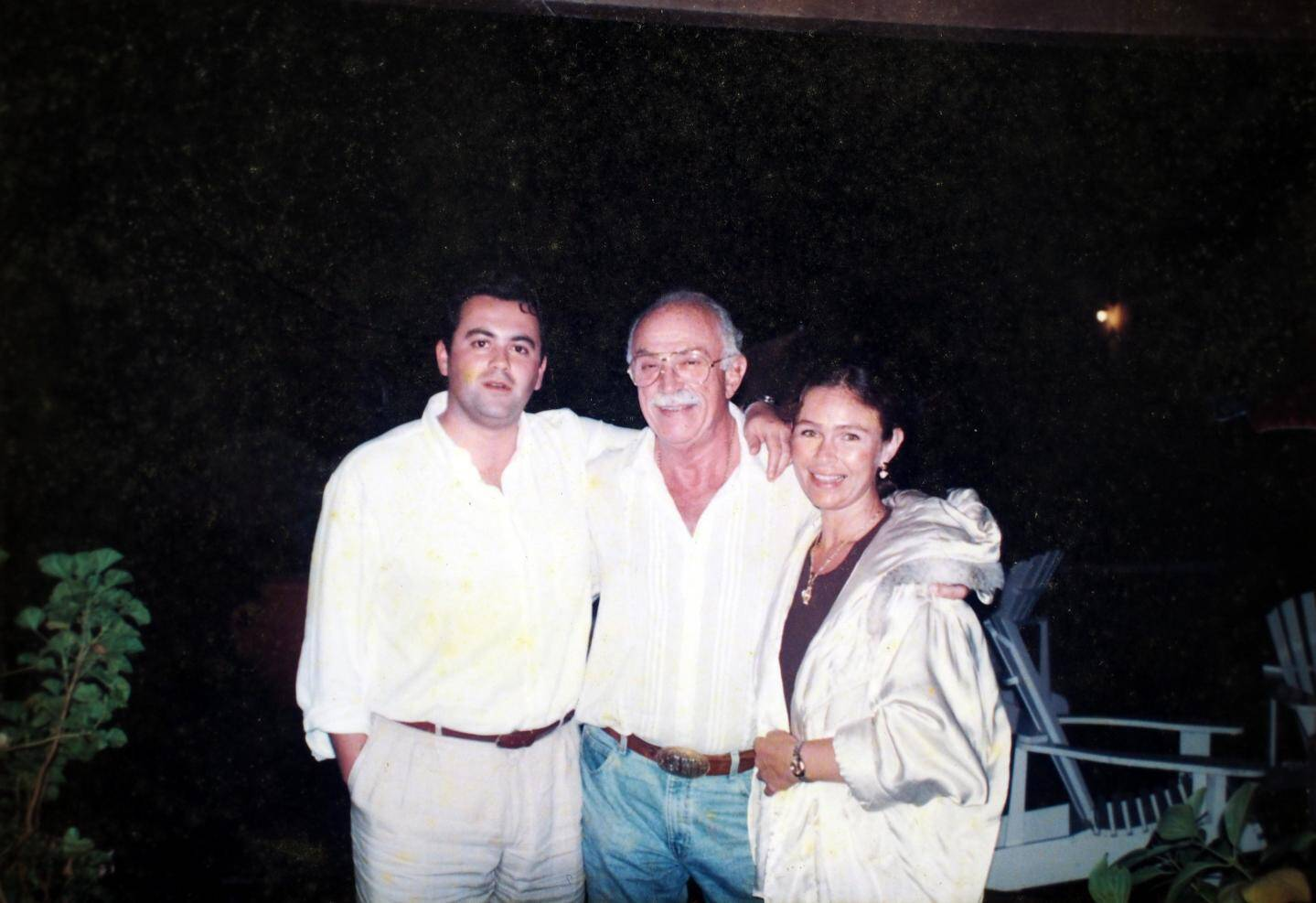 En 1995, à Punta Del Este : Jacquou entre Olivier Bettati et sa dernière épouse, Bita.
