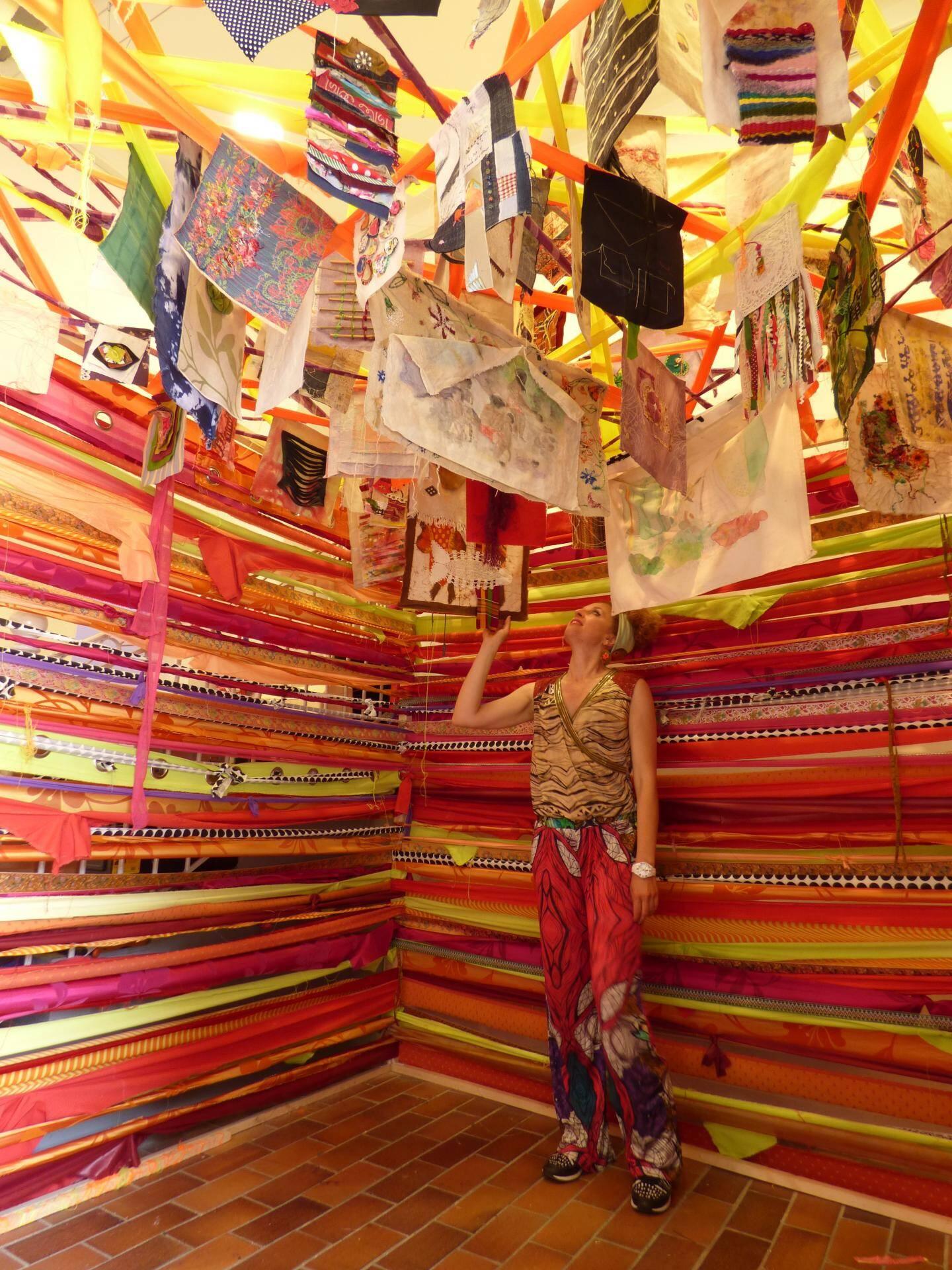 Anne Séchet devant l'installation principale de l'expo de la Maison des artistes de Cagnes. (L.Q.)