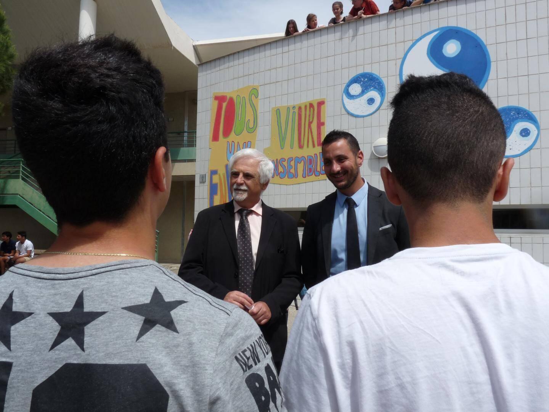 Au collège Saint-Exupéry, à Saint-Laurent du Var, un fresque invite au respect de l'autre. Et le chef d'établissement, Jean-Marie Pommier et son adjoint Mourad Ighzernali travaillent sur le climat scolaire.