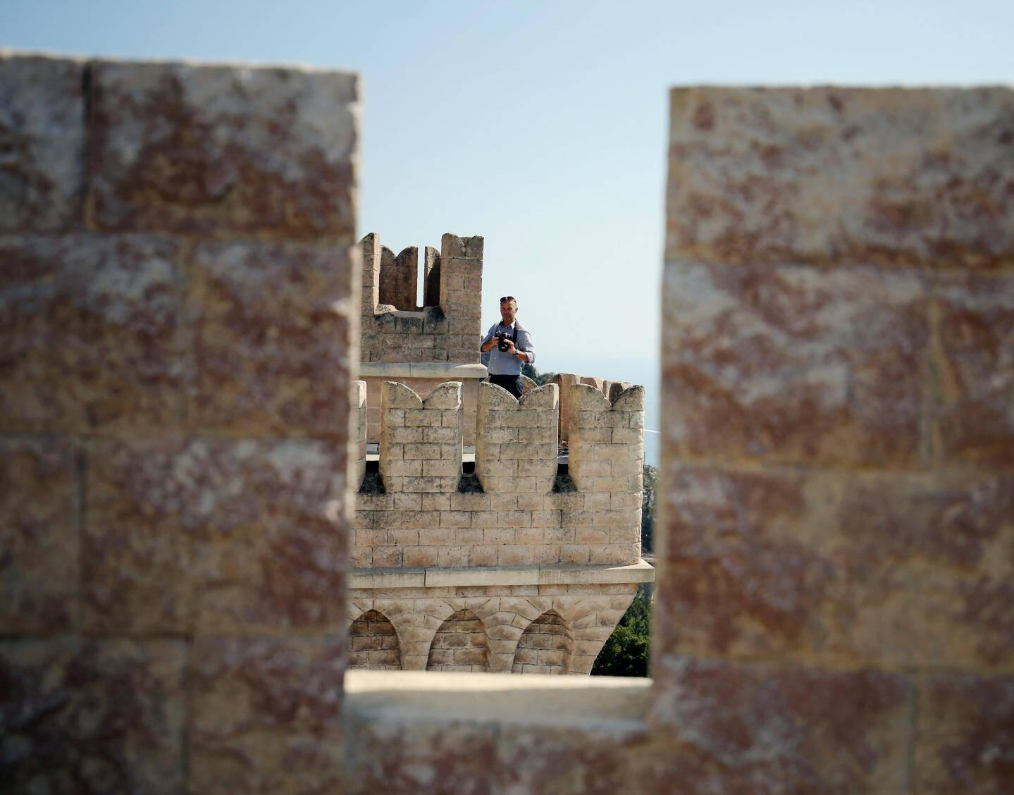 Bâtie par le neveu du poète romantique anglais Lord Alfred Tennyson, la bâtisse a ensuite appartenu à un entrepreneur excentrique qui l'a transformée en forteresse, entourée de tours carrées et de mâchicoulis.