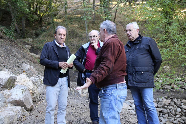 Le maire de Roquebrune entouré des représentants de l'ONF et du syndicat des eaux d'arrosage.