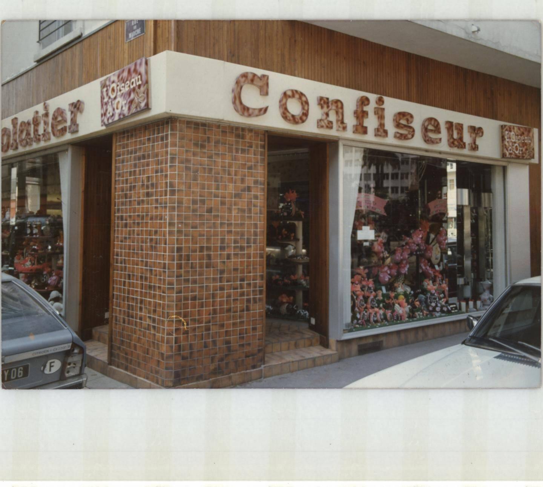 Changement de style dans les années 70, à l'angle de la place De-Gaulle et de la rue du Marché où l'Oiseau d'or se consacre au chocolat.