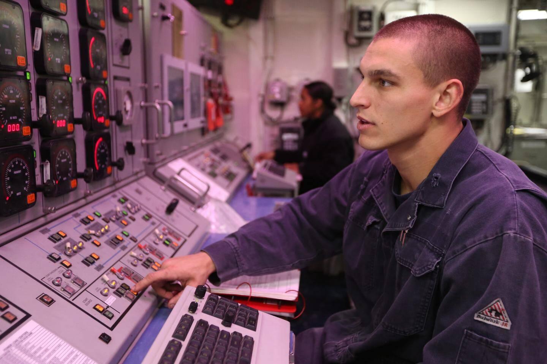 Dans la salle des machines de ce bâtiment de guerre qui peut aller jusqu'à 50 nœuds.