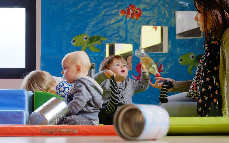 """Grâce à l'implication des parents qui font le tri à la maison, les enfants disposent par exemple de """"bouteilles sensorielles"""" pour s'amuser..."""