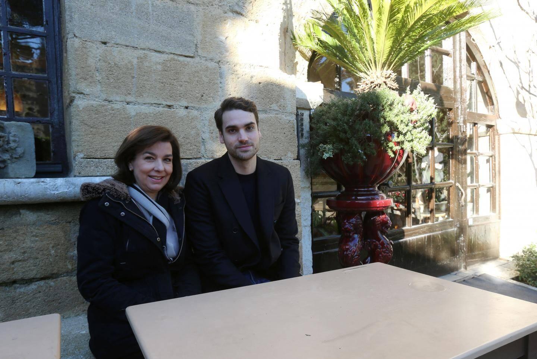 Carole Amiel et Valentin occupant aujourd'hui la même table qu'Yves Montand à La Colombe d'Or