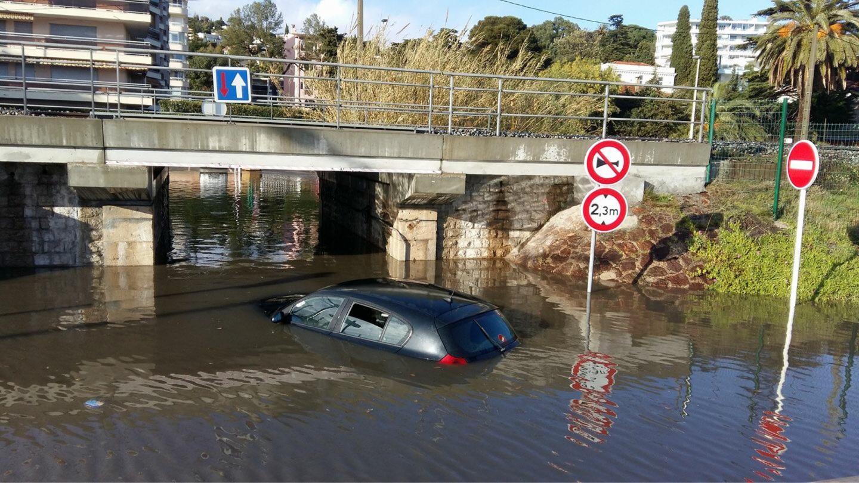 Une voiture surprise par la montée des eaux à Cannes