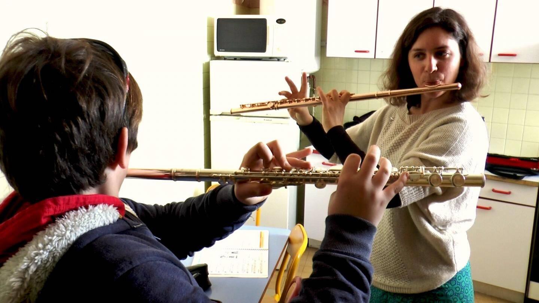 Malcy Gouget, flûtiste à l'orchestre philharmonique de Monaco, guide ses élèves non voyants avec douceur et sensibilité.
