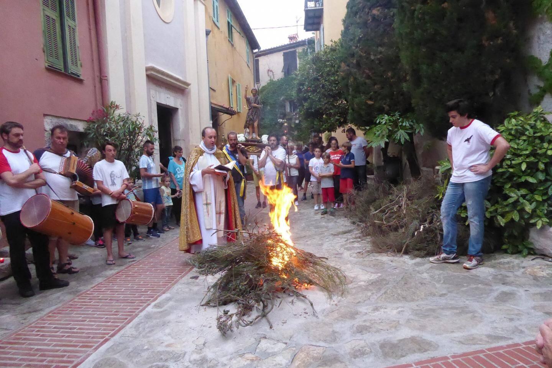Passage obligé avant de sauter le feu : la bénédiction.