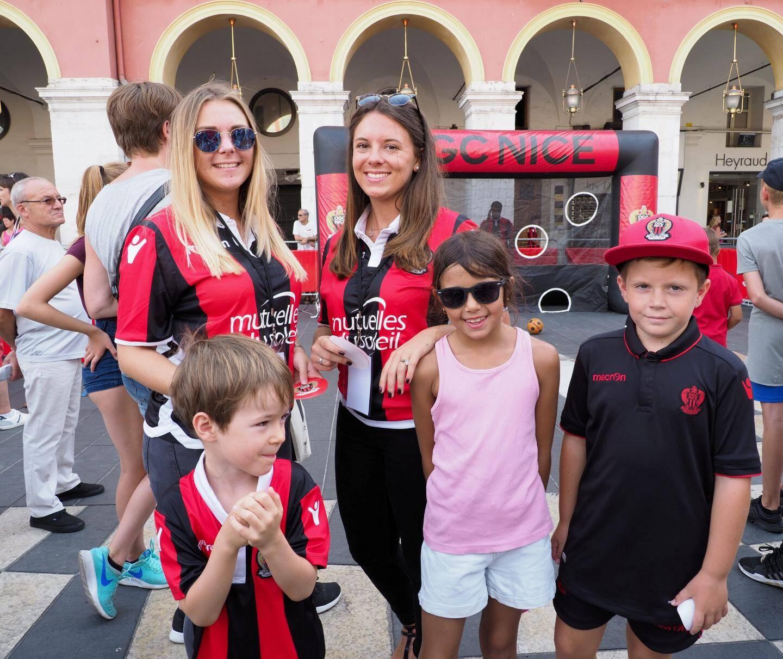 Iliona, fan de Balotelli et Marie, fan de Dante, entourées de jeunes supporters...