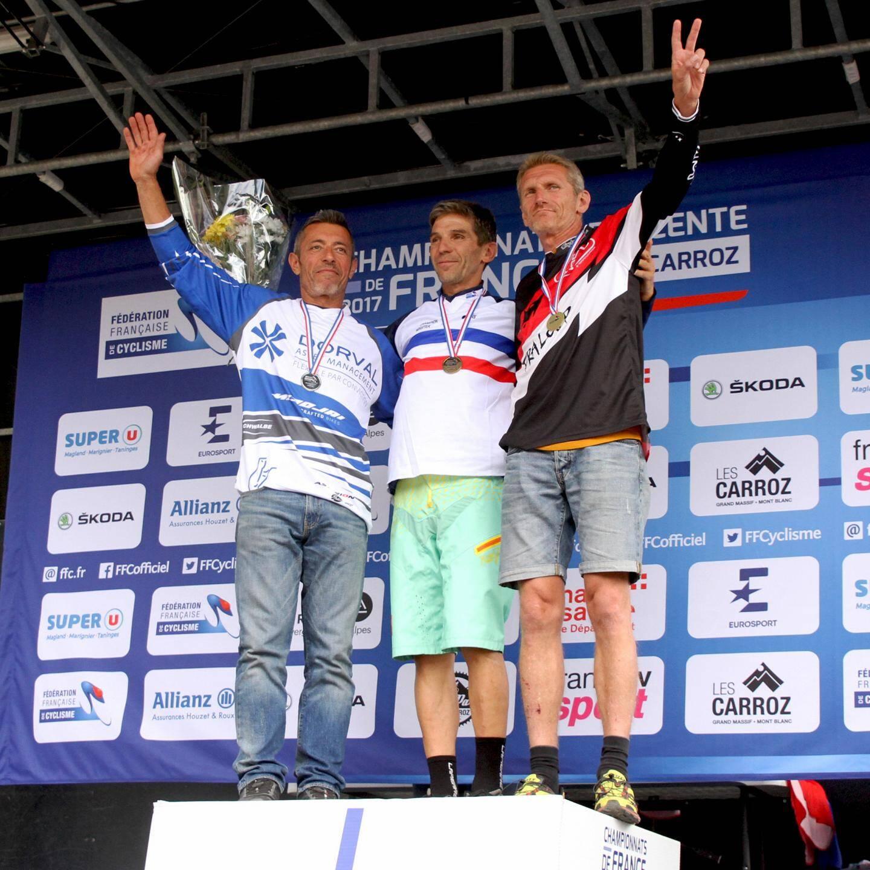 Amaury Pierron (à gauche), 2e des championnats de France de descente 2017 aux côtés des deux Cagnois Loïc Bruni et Loris Vergier, respectivement 1er et 2e.