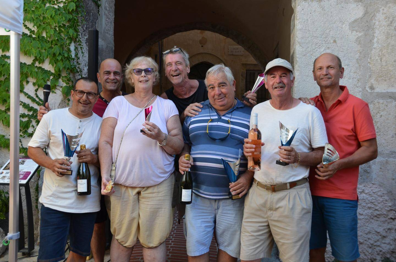 Les 3 doublettes gagnantes (de g. à dr) : Claude, Chantal, Alain, Oreste, Alain et Gérard, récompensés par le président du comité des fêtes, Jean-Luc Cloupet (2e en partant de la gauche).