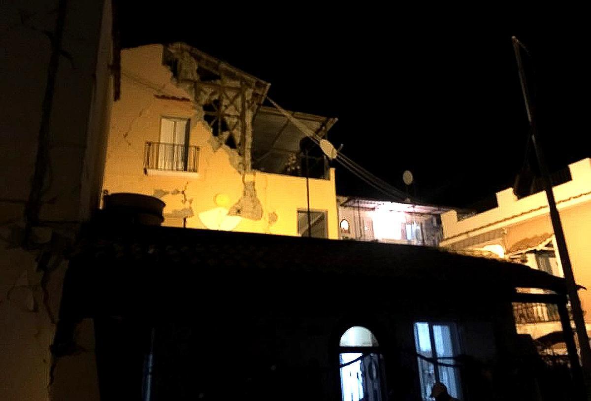 Un tremblement de terre a frappé l'île italienne très touristique d'Ischia, au large des côtes de Naples faisant 2 morts et une quarantaine de blessés