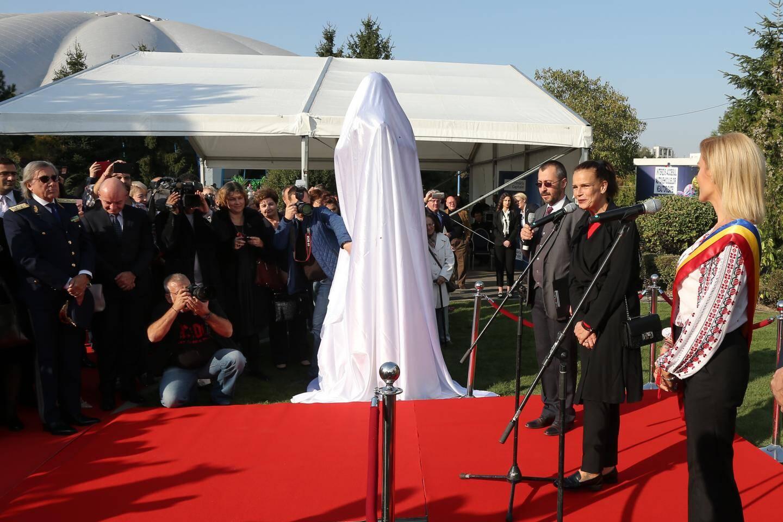 La venue de la princesse Stéphanie, accueillie par la maire Gabriela Firea a créé l'événement.