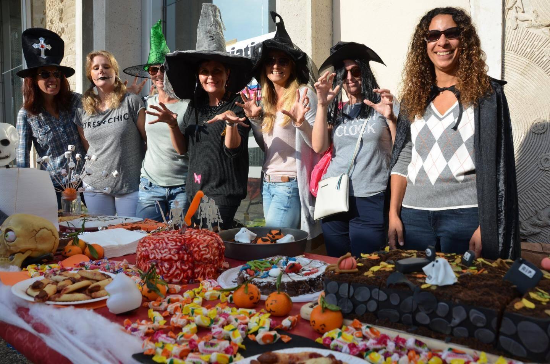 Élodie Brun et toute l'équipe de l'APE ont accueilli les enfants dès leur sortie de l'école pour un goûter horrifique !