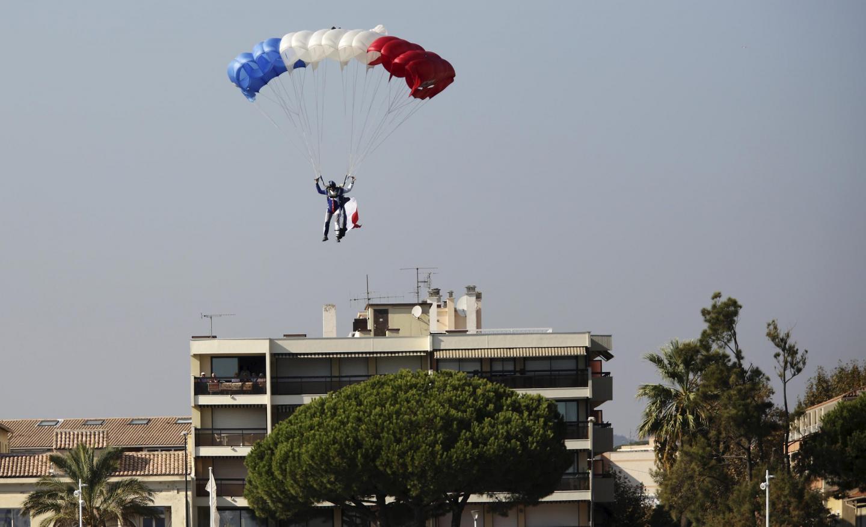 Un parachutiste en démonstration.