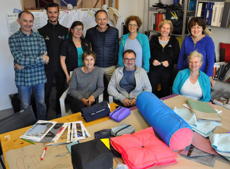 Christophe Harivel, professeur de l'école Boulle (Paris), anime un stage novateur qui réunit le monde de la voilerie nautique et celui de tapissier d'ameublement extérieur.
