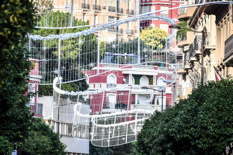 Rue Grimaldi, les motifs sont déjà positionnés en attendant la mise en lumière.