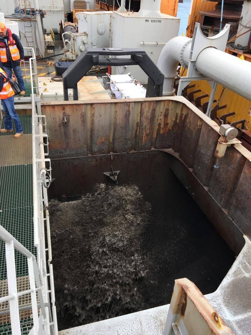 Pour limiter la turbidité, l'eau n'est pas rejetée comme habituellement. C'est donc une boue très liquide qu'aspire la dragueuse.