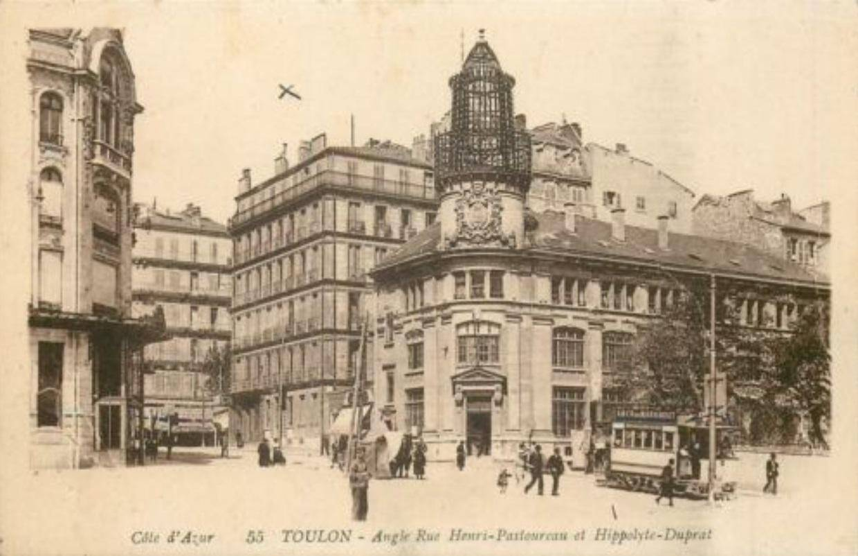 Autrefois le bâtiment était surmonté d'un campanile en fer.