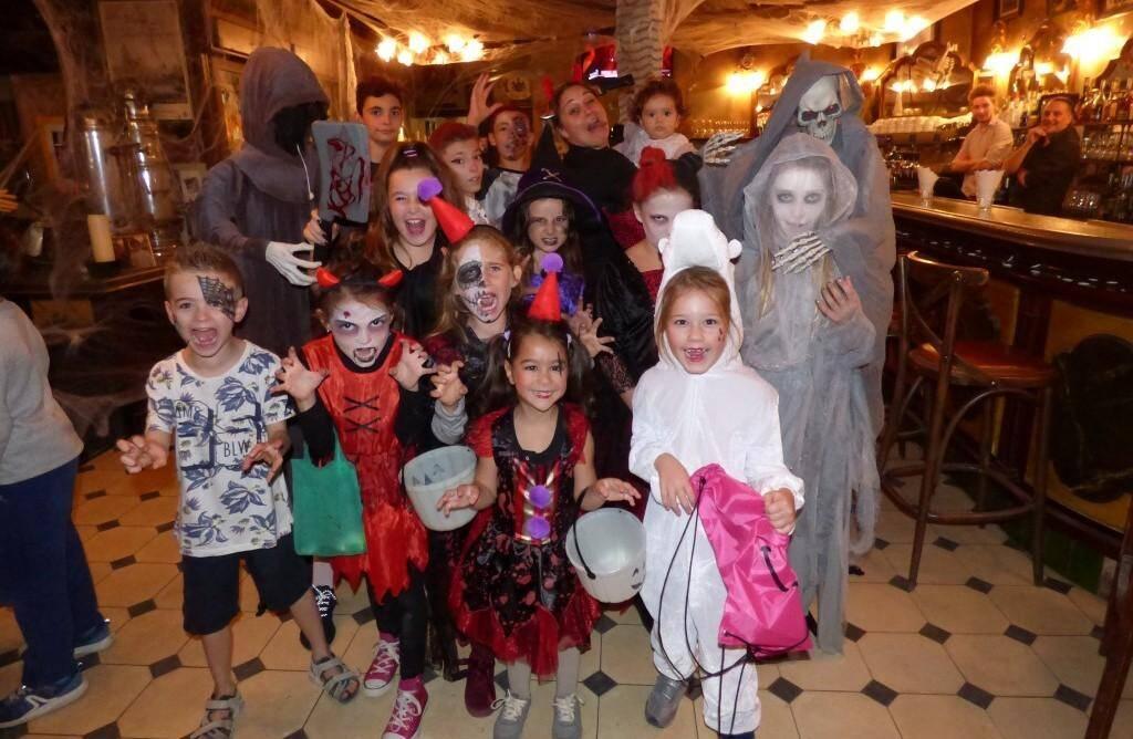 La brasserie « Le Café » sur la place des Lices a offert aux enfants un décor de maison hantée et l'occasion d'être monstrueusement maquillés à l'aide d'une professionnelle. La journée s'est terminée par un cocktail offert à toutes les personnes déguisées.