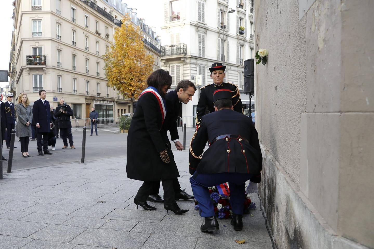 """Emmanuel Macron et Anne Hidalgo devant la plaque située devant les restaurants du """"petit Cambodge"""" et """"Le Carillon"""""""