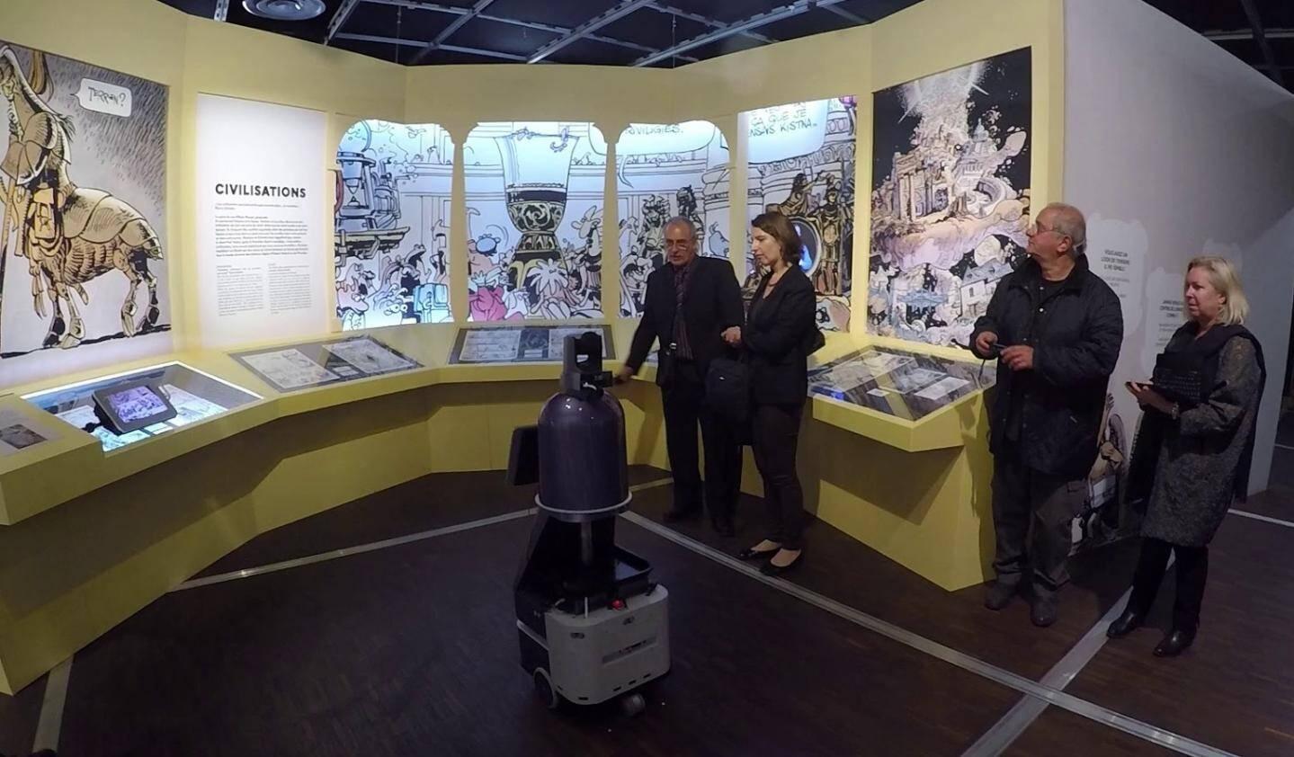 Le robot se promène dans les salles de l'exposition Valerian, à la cité des Sciences.