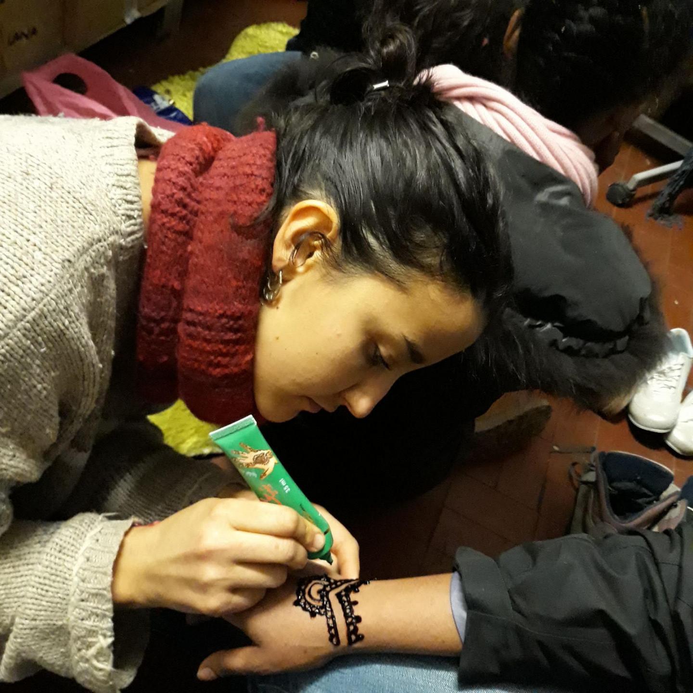 """Après-midi """"femmes"""" et tatouages au henné."""
