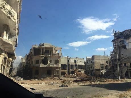 """""""Nous traversons le quartier Al Khalidieh complètement ravagé, en ruines; on ne peut que penser à ceux qui ont tout perdu. Le gouvernement n'a pas encore donné l'autorisation de déconstruire (que de tonnes de gravats à évacuer!) pour reconstruire."""""""