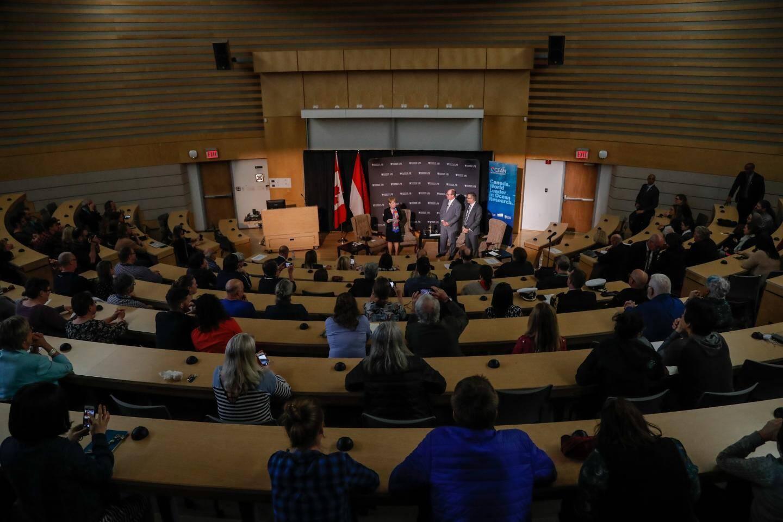 Le souverain a pris part à une séance d'échanges avec les étudiants de l'université.